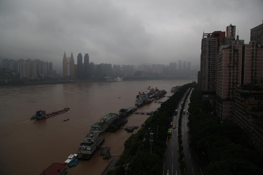 2014年8月31日,重庆市。长江两岸高楼林立,长江中央有过往的船只。摄影:绿色和平/刘飞越